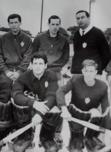 Gastón Madariaga, en una alineación de León Prado en 1968. Lo flanquean Sandro Pifferi (izquierda) y el DT Mario Spadaro (derecha). Abajo, los porteros Antonio Moreira y Bernardo Arancet.