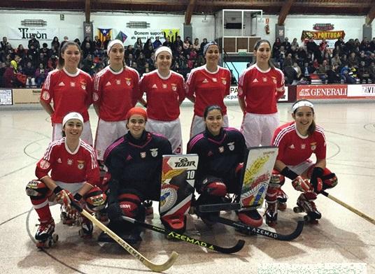 Maca Ramos -al extremo derecho, hincada- sigue destacando en el hockey portugués con la camiseta del Benfica.