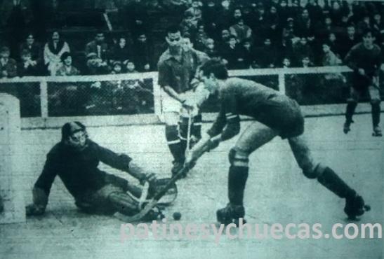León Prado vs. Audax Italiano, en la cancha de Gran Avenida 3696. En la acción, el leonpradino Gonzalo Madariaga ante los audinos Jorge Cordero (portero) y Roberto Vargas.