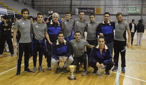El chileno Nico Flores (segundo, de derecha a izquierda en la fila de arriba) festejó con sus compañeros del Tano. (Crédito foto: soydeleste.com.ar)