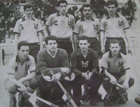 El equipo de Universidad Técnica (abajo, extremo izquierdo) fue su puerta de entrada al hockey capitalino.