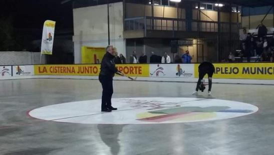 El alcalde Santiago Rebolledo tuvo a su cargo el chuecazo inicial del nuevo embaldosado cisternino.