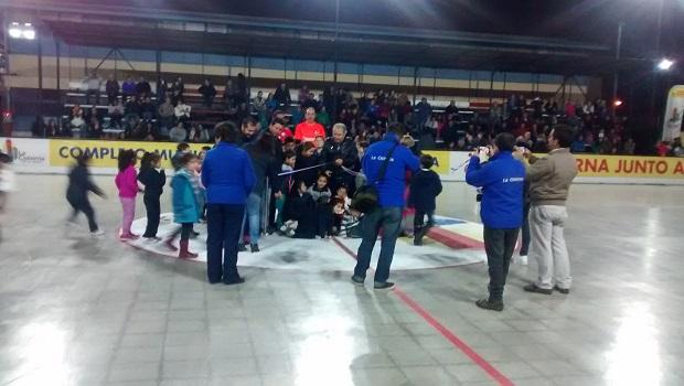 Acompañado de los niños de la comuna, el alcalde Santiago Rebolledo procedió a la tradicional ceremonia del corte de cinta.