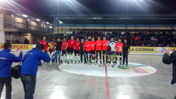 Los jugadores Ex Seleccionados y del Llano Subercaseaux flanquean al alcalde Santiago Rebolledo.