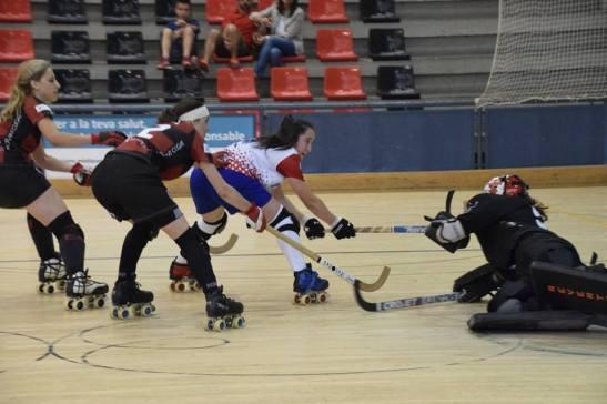Valentina Fuentes llevando peligro a la portería del Sant Cugat (crédito foto: mundialdehockeypatiniquique2016.org)