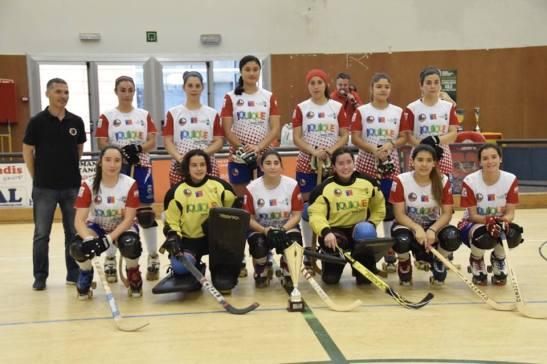 Formación de las Marcianitas en la Copa Sant Cugat (crédito foto: mundialdehockeypatiniquique2016.org)