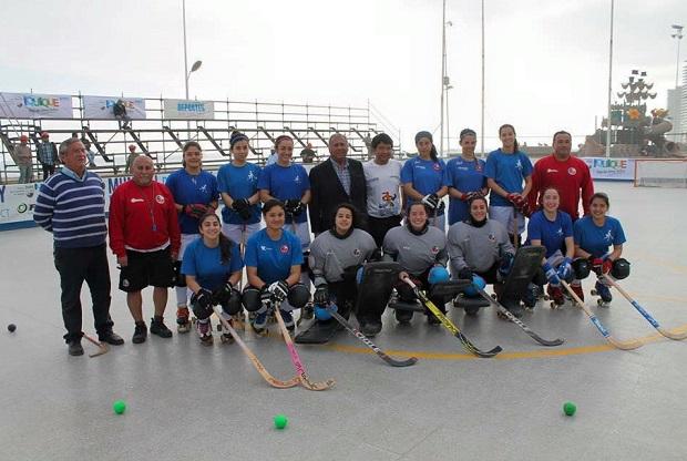 Las Marcianitas continúan sus labores en la cancha mundialista de Iquique. (crédito foto: mundialdehockeypatiniquique2016.org)