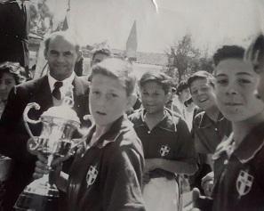 Postal de 1956. El hermano Retana acompañando a los nóveles hockistas del León Prado en uno de sus primeros triunfos.