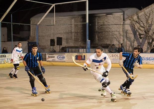 Petroleros YPF (listados negros y azules) venció en su debut a Olimpia. (Crédito foto: facebook Hockey Apasionado)