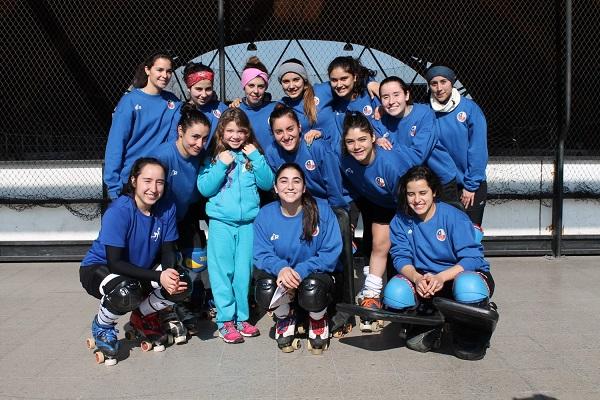 Las Marcianitas, además de sus prácticas, también atienden a sus pequeños fans. (crédito foto: mundialdehockeypatiniquique2016.org)
