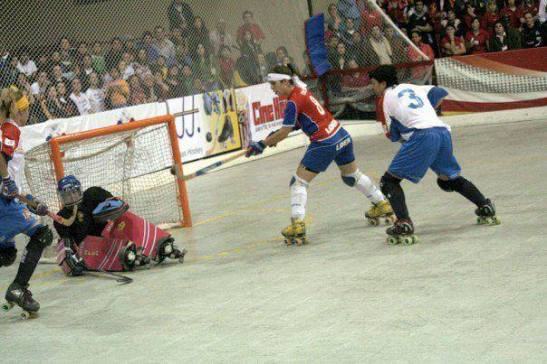 El momento supremo en la historia del hockey-patín chileno: Fernanda Urrea ya conectó de volea la bocha para enviarla hacia las mallas españolas. Chile, campeón mundial. Las Marcianitas, campeonas mundiales.