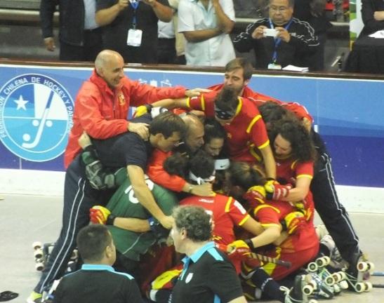 La celebración desatada. España es pentacampeón mundial de hockey femenino. (crédito foto: Sergio Contreras S.)
