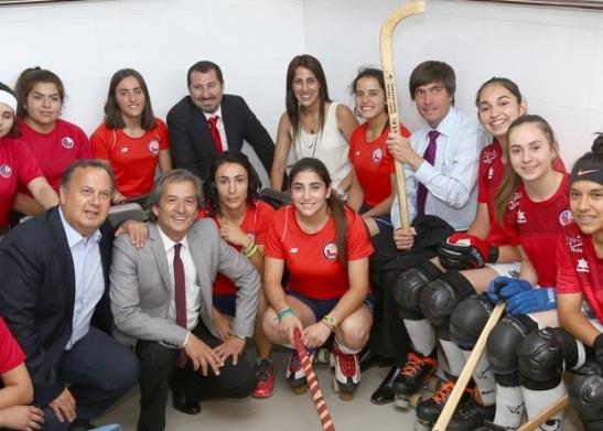 El Ministro Pablo Squella, con la chueca en mano, entregó las nuevas instalaciones a las Marcianitas. (crédito foto: mindep.cl)