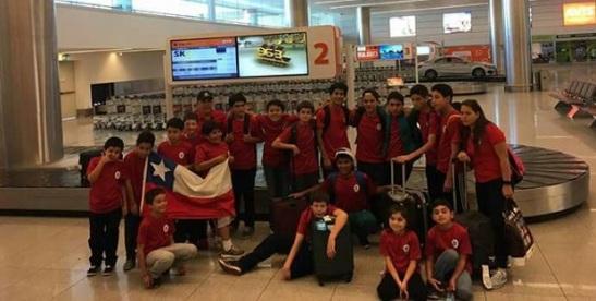 Para la posteridad: la delegación valdiviana posa en el aeropuerto de Montevideo.