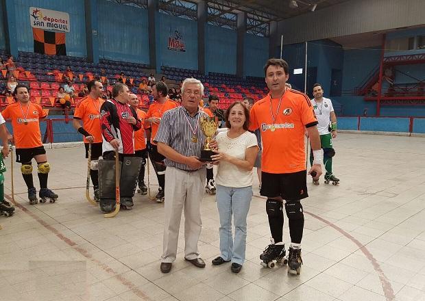 Nello Magnolfi y Matilde Cavallone recibieron de Miguel Lorca el trofeo que lleva el nombre de su hijo.