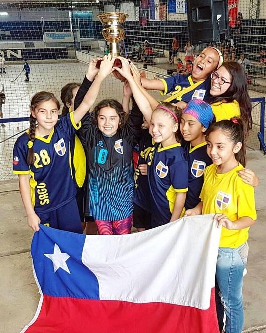 El momento supremo: Pauli Santibáñez y sus dirigidas con el justo premio de la Copa de Plata en San Juan.