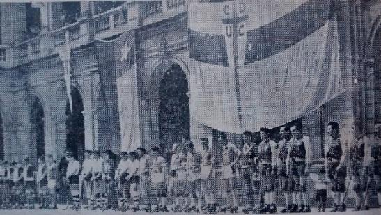 Septiembre de 1951. La Casa Central de la Pontificia Universidad Católica recibe a su rama de hockey en uno de sus patios.